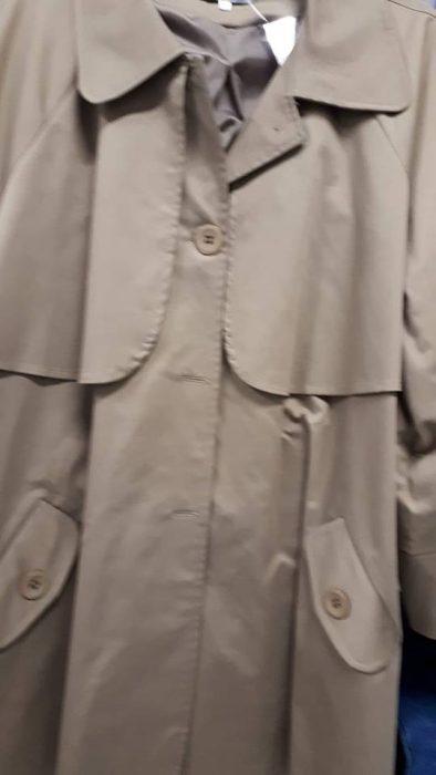 Κ18/60045 Καπαρντίνα σε βαμβακερό ύφασμα. Έχει κουμπιά μπροστά, γιακά και τσέπες.