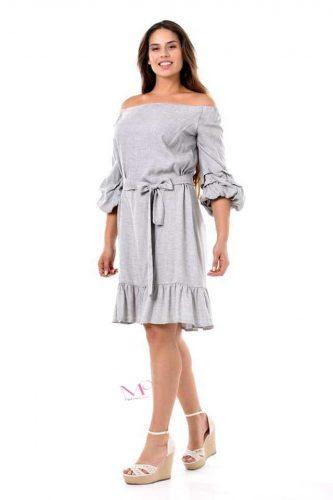 Φόρεμα midi σε voile ύφασμα. Έχει ελαστική λαιμόκοψη που γίνετε Of-Shoulder 5da54d9970c