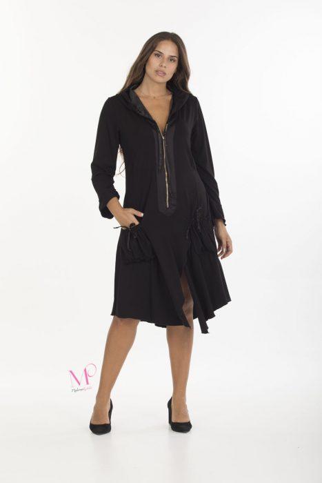 19/20654 Μαύρο Φόρεμα midi ασύμμετρο σε συνδυασμό βισκόζ/σατέν. Έχει χρυσό φερμουάρ, μακριά μανίκια, τσέπες και κουκούλα με σατέν επένδυση.