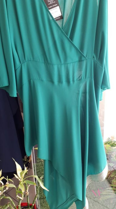 Κ19-17137 Πράσινη Μπλούζα ασύμμετρη ζορζέτα, κρουαζέ καμπάνα μανίκι και χρυσή τρέσσα στο τελείωμα